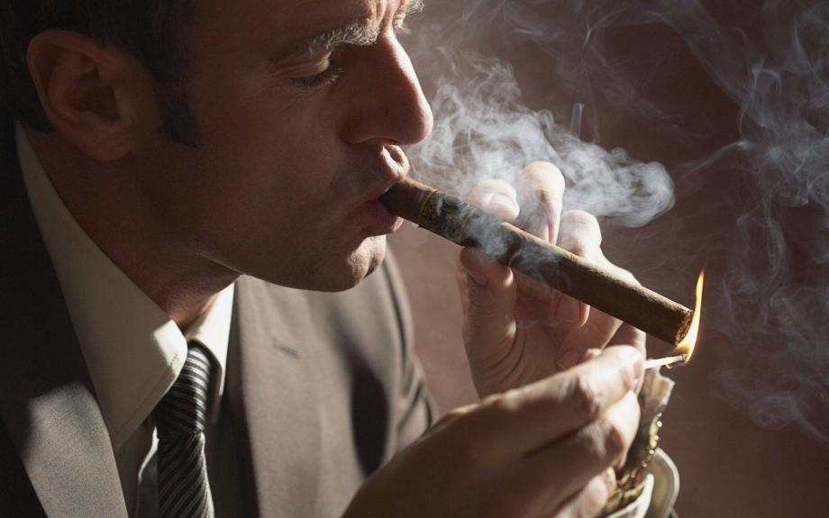 Человек курящий сигару